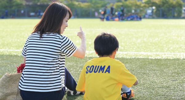 息子たちの試合を観ることでサッカーのルールを知る