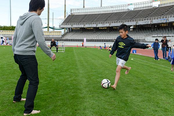 裸足でサッカー