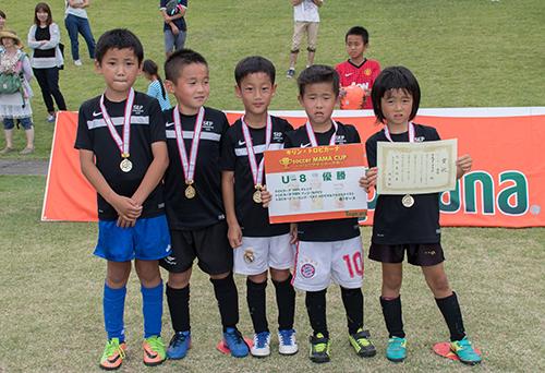 優勝チームにはメダルと表彰状を贈呈
